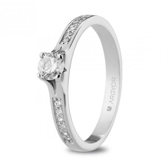 Anillo de Compromiso de platino con 13 diamantes (74B0106)