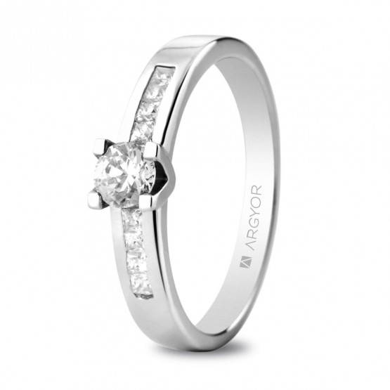 Anillo de compromiso de oro blanco y diamantes (74B0045)
